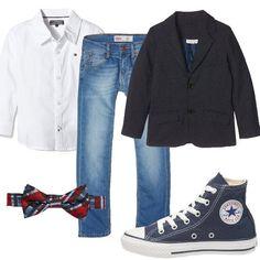 Outfit composto da jeans, camicia bianca griffata e giacca con bavero. Sdrammatizzano il look le sneakers alte ed il papillon fantasia. Per un bambino che non vuol rinunciare alla comodità in ogni occasione.