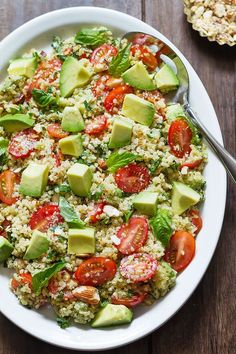 This avocado quinoa salad is tossed in a honey-lemon vinaigrette, topped with chopped almonds for a nice touch of crunch. Super healthy and loaded with tons of fresh flavor! Avocado Quinoa, Avocado Salad Recipes, Kale Recipes, Healthy Recipes, Quinoa Rice, Chicken Quinoa Salad, Chicken Salad Recipes, Best Nutrition Food, Nutrition Pyramid