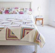 Crochet Granny Square Design Granny Chic Pinwheel Blanket from Crochet Home by Emma Lamb Plaid Au Crochet, Crochet Quilt, Crochet Home, Love Crochet, Beautiful Crochet, Point Granny Au Crochet, Granny Square Crochet Pattern, Crochet Squares, Crochet Blanket Patterns