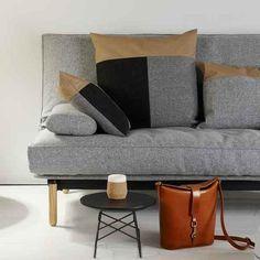 VIDAR 02 STEL, LYST TRÆ/MAT SORT, 140-200. VIDAR sovesofa STEL er til løse madrasser – meget elegant design præget af fine lyse træben.