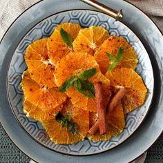 La salade d'orange marocaine à la cannelle est une combinaison de saveurs douces et subtiles qui complètent parfaitement un repas d'Afrique du Nord.
