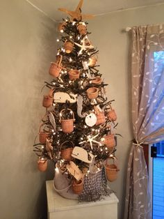I made this Cape Cod/ Nantucket tree.beachy but also perfect in summer! Christmas tree covered in little Nantucket baskets and twinkle lights Coastal Christmas, Country Christmas, Winter Christmas, Christmas Stuff, Twinkle Lights, Twinkle Twinkle, Cape Cod Cottage, Nantucket Baskets, Christmas Tree Decorations