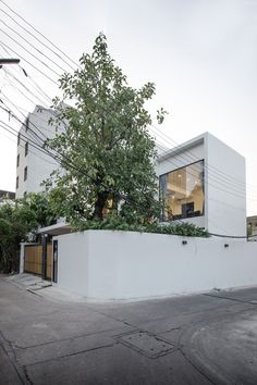 Kradoan House by Thiti Ophatsodsai: Serenity with Nature in Urban lifestyle of Bangkok - CAANdesign House Gate Design, Facade Design, Architecture Design, Minimalist House Design, Modern House Design, Interior Exterior, Exterior Design, L Shaped House, Thai House