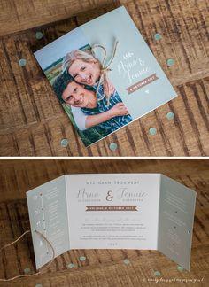 Trouwkaart Arno & Jennie • Trouwkaart op maat • Formaat: luikvouw kaart 15x15 cm • Standaard papier • Dubbelzijdig full colour bedrukt • Afwerking met touw en boorgaatjes