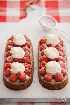 De aardbeienslof is de slof der sloffen; een knapperige bodem, de spijsvulling, de banketbakkersroom met vanille en de verse aardbeien met slagroom!