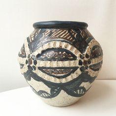 Stor Urna / Vas  i Keramik Rorke´s Drift Sydafrika av Dinah Molefe 70   - tal ceramics Southafrica vintageceramics pottery antigue clay  via RY.AR.YA. Click on the image to see more! Pottery, Ceramics, Clay, Image, Beautiful, Things To Sell, Store, Create, Ceramica