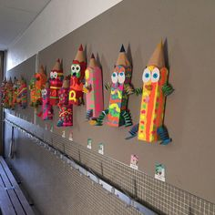 Giant pencils - To decorate our locker room, my colleague Sylvie suggested to my duettist and me to make giant penc - Decoration Creche, Board Decoration, Art Drawings For Kids, Art For Kids, Design Maternelle, Arte Elemental, Art Room Doors, Classe D'art, Kindergarten Design