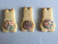 Easter Chocolate Freckle Bunny Tail Biscuits Looking for a cute and sweet treat this Easter? You (and your kids) will love these Easter Chocolate Freckle Bunny Tail Biscuits. Easter Cupcakes, Easter Cookies, Easter Treats, Easter Recipes, Easter Desserts, Easter Baking Ideas, Easter Ideas For Kids, Easter Crafts Kids, Easter Art