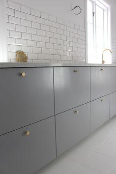 Billedresultat for veddinge grå ikea Kitchen Interior, Interior Design Living Room, Kitchen Decor, Mini Kitchen, New Kitchen, Hacks Ikea, Kitchen Living, Kitchen Furniture, Home Kitchens