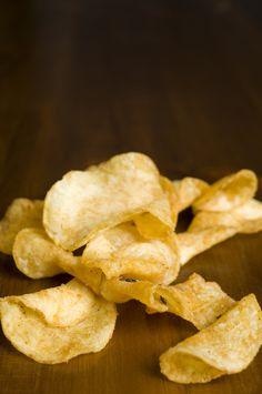 Découvrez comment réaliser facilement des chips maison en suivant nos recettes. Au légume, au fruit, au four… Les possibilités sont nombreuses ! Chips Au Four, Healthy Popsicles, Mini Sandwiches, Snack Recipes, Healthy Recipes, Cheat Meal, Cannoli, Potato Chips, Tapas