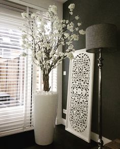 White blossom tree in high-gloss white pot. Tall Vase Decor, Room Decor, House Interior, Wall Decor Living Room, Diy Home Decor, Floor Vase Decor, Home N Decor, Home Decor, House Plants Decor