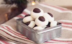 Et av mine barndomsminner er når mamma laget disse for første gang til jul. Vi digget de. Så disse må jeg også lage før jul :) Ca 40 stk Ingredienser 1 eggehvitte ca 500 gr melis 4-5 dråper pepperm…