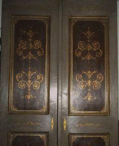 Porta decorata a doppia anta