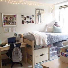 """Decor: 8 Design Tips to Make Your Dorm Room Feel Like Home """"I want to go home this weekend!"""" """"I miss my bed."""" """"My dorm room is so…""""I want to go home this weekend!"""" """"I miss my bed."""" """"My dorm room is so… Dorm Room Storage, Dorm Room Organization, Organization Ideas, Storage Ideas, Bed Storage, College Dorm Storage, Storage Design, Smart Storage, Storage Solutions"""