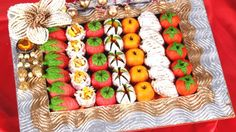Sometimes sweets are served with meal an often included as a form of greeting, celebration, religious and offering as a gift at a party and hospitality in India. Thali Decoration Ideas, Sweets Online, Wedding Plates, Indian Food Recipes, Ethnic Recipes, India Food, Indian Sweets, Tray Decor