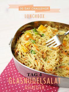 30 day challenge: Jeden Tag ein leckeres Mittagessen für die Büro-Lunchbox zubereiten. Heute gabs Asia-Food mit diesem Rezept hier: Glasnudelsalat mit viel Gemüse, Limette und Erdnüssen.