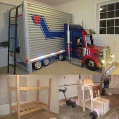 un lit superposé en forme de camion dans une chambre d'enfants