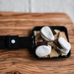 Marshmallows am Stecken übers Lagerfeuer halten? Wir machen es uns einfacher: Bei uns kommen sie ins Raclette-Pfännchen und werden hier schön gebräunt. Dazu schmecken Schokolade und Kekse. Lecker! #raclette #fondue #rezepte #dessertraclette Junk Food, Marshmallows, Grill Party, Party Time, Diy Projects, Dessert, Raclette Fondue, Crafting, Games