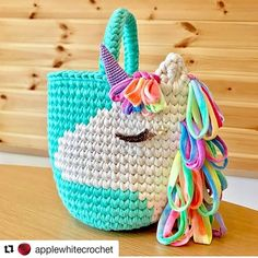 Crochet Handbags This crochet unicorn bag is adorable! Crochet Diy, Crochet Kawaii, Crochet Gifts, Crochet For Kids, Crochet Ideas, Crochet Unicorn Pattern, Crochet Patterns, Bag Patterns, Tshirt Garn