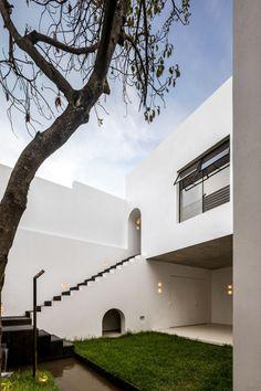 Casa A690 est une maison de trois étages, construite dans les années 70. Elle comprend un volume rectangulaire au rez-de-chaussée coiffé de deux blocs en échelon. Les murs extérieurs sont blancs, tandis que ses toits plats sont recouverts de carreaux de terre cuite qui ajoutent de la chaleur à la palette autrement austère. « Nous utilisons le terme Mediterraneo pour décrire les matériaux et le sentiment que nous essayons de donner à nos projets, dans lesquels nous interprétons…
