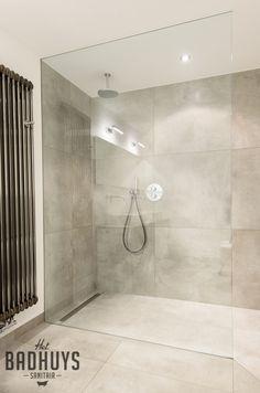 Eigentijdse badkamer met ruime inloopdouche | Het Badhuys