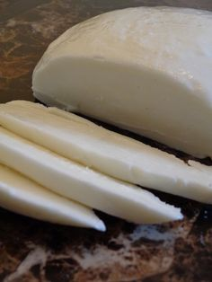 This step-by-step tutorial shows you how to make Mozzarella Cheese in ONE HOUR. Who knew making cheese could be such an easy DIY project? This will definitely be one of those recipes that you'll fall in love with! Make Mozzarella Cheese, Mozzarella Homemade, Mozzarella Sticks, Cheese Recipes, Cooking Recipes, Mozarella, Fromage Cheese, Homemade Cheese, Homemade Recipe
