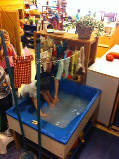 Thema Groter groeien. Babykleertjes wassen en ophangen boven de watertafel.