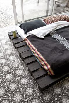 home, my paradise (style) Patterned floor tiles and black palette bed. Photo via El Ramla Hamra.Patterned floor tiles and black palette bed. Photo via El Ramla Hamra. Pallet Bed Frames, Diy Pallet Bed, Diy Bed Frame, Easy Frame, Bed Frame Design, Diy Bett, Wooden Pallets, Pallet Wood, Recycled Pallets