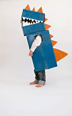 Easy DIY Halloween Costumes for Kids to Make Kids Dinosaur Costume, Dinosaur Party, Cardboard Costume, Diy Cardboard, Costume Dinosaure, Diy Dragon Costume, Fancy Dress For Kids, Diy Halloween Costumes For Kids, Diy For Kids