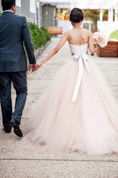 """( Imagen via """"Grey likes weedings"""") bridal dress weeding . Labores en Red: 2310.- Nos vamos de boda. Vestidos de novia."""