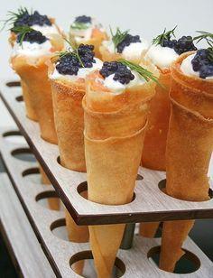 Amuse-bouche en cornets: Ciselez de l'aneth fraîche et l'ajoutez à 3CS crème épaisse. Coupez 5 feuilles de brick en 4 triangles. Les badigeonner de beurre fondu et les rouler en cornet. Improvisez des cornets inox avec de l'alu. Colorez au four 10min à 180°C. Remplissez les cornets en intercalant la crème et 400g de saumon fumé. Finir par un peu d'œufs de poisson et un brin d'aneth. | Amuses Bouche