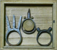 Kakute (horned finger) is a metal ring that has metal spikes attached. The kakute was worn usually on the middle finger.