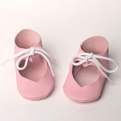 Cool baby shoe PDF e-patterns for your little one! Easy to make baby shoe patterns for every one, even for beginners! Get some leather, suède, pleather or a firm wool felt and you are just a few stitches away from some pretty shoes. When finished they are easy to put on, easy to put off whilst staying put on baby's little feet. Besides full size patterns this PDF (English) includes a list with pattern sizes for babies till 18 months, a material list and a clear step-by-step procedure…