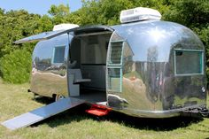 See This Ratty Old Trailer Transform Into A Stunning Salon. A couple of cosmetologists had a vintage Airstream renovated into their mobile salon. When you see it, you'll want to book your appointment right away. Hair Salon Interior, Salon Interior Design, Salon Design, Airstream Vintage, Vintage Camper Interior, Vintage Campers, Mobile Nail Salon, Mobile Beauty Salon, Transformers
