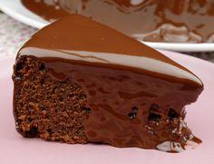 bolo de chocolate MAIS MOLHADINHO DO MUNDO!!! - Massa 180 g de farinha de trigo (1 xícara e 1/4) 5 g de fermento (1 colher de chá) 3 g de bicarbonato de sódio (1/2 colher de chá) 3 ovos 180 g de açúcar (1 xícara) 45 g de açúcar mascavo (3 colheres de sopa) 150 g de chocolate meio amargo 255 g de iogurte natural integral (1 pote e 1/2) 100 g de manteiga Cobertura 200 g de chocolate meio amargo (picado) 200 g de creme de leite (1 caixinha) opcional 25 mL de rum (1 dose)