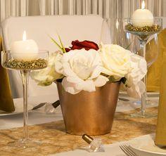 """goldener Blumentopf mit weißen Rosen - Tischdekoration """"Gold-Weiß""""- meine-hochzeitsdeko.de"""