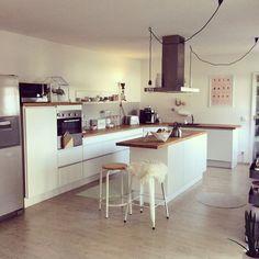geräumige küche mit zwei zeilen - weiße hochglanz fronten und holz ... - Küche Weiß Arbeitsplatte Holz