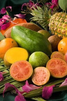 Our dinner table will be decorated with many fresh, tropical and colorful fruits like papaya, pineapple, guavas along with leaves from a relative's banana tree. Fruit And Veg, Fruits And Vegetables, Fresh Fruit, Col China, Avocado, Fruit Salsa, Raw Food Diet, Yummy Smoothies, Tropical Fruits