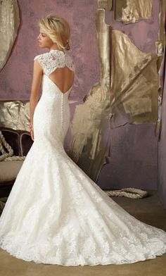mermaid wedding dress. this is stunning and classic. Not that I have any need for this, but how gorgeous!!