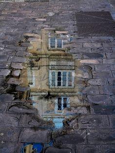 Sateen jälkeen - katu mukulakivi lätäkkö vesi lammikko heijastus talo ikkuna katukivi katukivetys kivetys