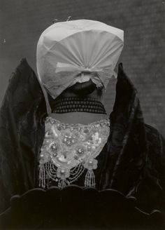 Vrouw in Axelse streekdracht. Ze is gekleed in haar zondagse dracht. 1950 #Axel