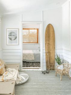 Get The Look: The California Surf Shack casual Get The Look: The California Surf Shack. The casual cool look of the California beach bungalow comes to life in the new book, Surf Shack: Laid-back Living by the Water Beach House Style, Beach Cottage Style, Beach House Decor, Surf Style Home, Coastal Style, Beach House Bedroom, Decoration Surf, Surf Decor, Surf Style Decor