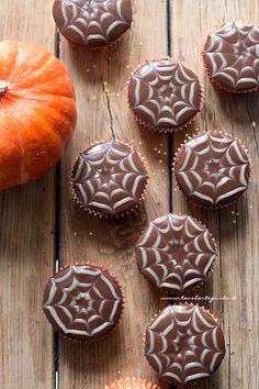 Cupcake ragnaleta per halloween Halloween Desserts, Halloween Food For Party, Halloween Cakes, Halloween 2020, Halloween Treats, Halloween Pumpkins, Fall Recipes, Sweet Recipes, Spooky Treats