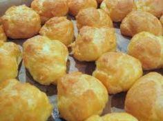 Hartige soesjes is een lekker recept en bevat de volgende ingrediënten: *Soesjes:, 75 g boter, 100 g bloem, zout, 3 eieren, *Vulling:, 1 pakje a 200 gram verse roomkaas, bijv. van Aldi, monchou, Philadelphia o.d., 1/2 zakje geraspte belegen kaas, 1/2 klein rood pepertje, of lepeltje sambal naar smaak, beetje zou, peper en /of andere smaakstof, (Liefst verse) tuinkruiden zoals peterselie, bieslook, basilicum, wat je zelf lekker vindt. Aanrader: koriander! Tapas, Suriname Food, Choux Pastry, Party Food And Drinks, Appetisers, High Tea, Sweet Recipes, Healthy Snacks, Bakery