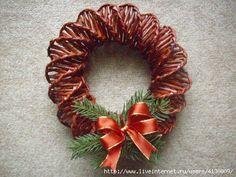 СПИРАЛЬНОЕ ПЛЕТЕНИЕ. ДВА ВЕНКА ИЗ ГАЗЕТ. МАСТЕР-КЛАСС. ВИДЕО Christmas Baskets, Christmas Holidays, Christmas Wreaths, Christmas Crafts, Christmas Decorations, Xmas, Holiday Decor, Newspaper Basket, Newspaper Crafts