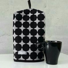 Kaffehætte i sort med grå stjerner.  Køb den på Facebook LoneH Design.  Passer til Bodum stempelkander.