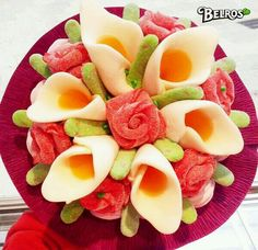 ramo con rosas y huevos fritos enrollados Candy Pop, Candy Party, Candy Recipes, Sweet Recipes, Decors Pate A Sucre, Bar A Bonbon, Mothers Day Cake, Food Carving, Candy Decorations