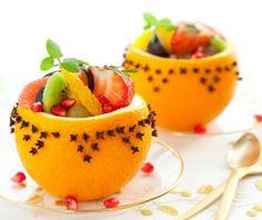 Sałatka owocowa w naczyniu z pomarańczowej skórki