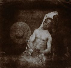 """O primeiro trote com uma fotografia O primeiro trote feito com uma fotografia foi em 1840 por Hippolyte Bayard. Ambos Bayard e Louis Daguerre lutavam para reivindicar o título de """"Pai da Fotografia"""". Bayard tinha supostamente desenvolvido seu processo de fotografia antes de Daguerre apresentar o daguerreótipo. Em um movimento rebelde, Bayard produziu esta fotografia de um homem afogado alegando que ele se matou por causa da disputa."""
