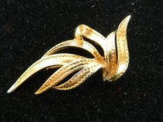 Beutiful Leaf Design Brooch/Pin by COLLECTORSCENTER on Etsy